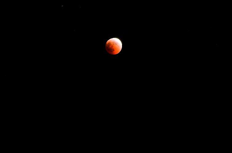 https://www.ragusanews.com//immagini_articoli/28-07-2018/1532765477-foto-notte-eclissi-2-500.jpg