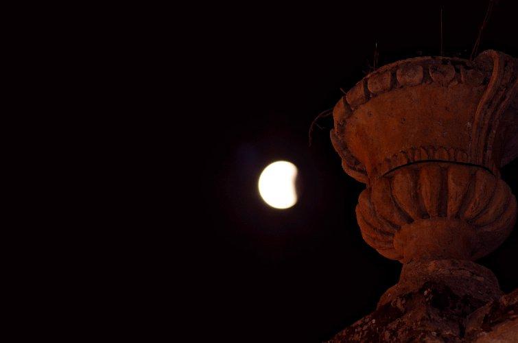 https://www.ragusanews.com//immagini_articoli/28-07-2018/1532765520-foto-notte-eclissi-2-500.jpg