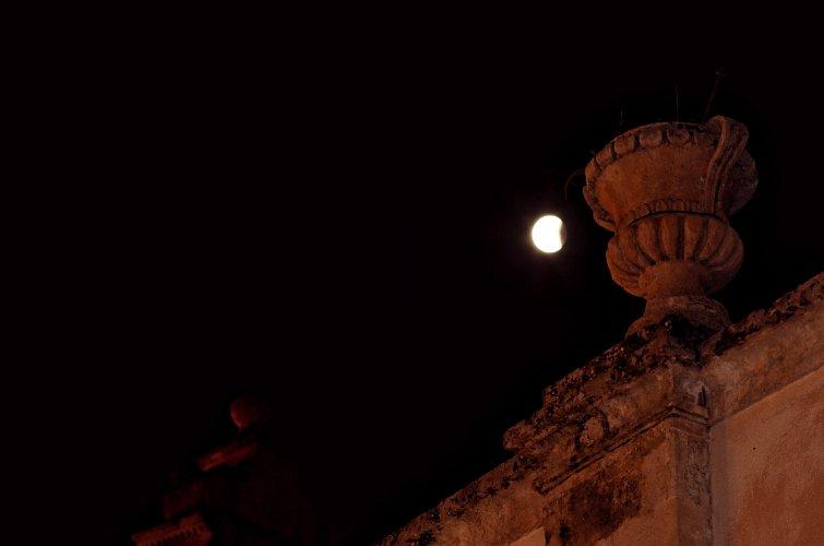 https://www.ragusanews.com//immagini_articoli/28-07-2018/1532765521-foto-notte-eclissi-3-500.jpg