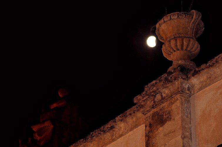 https://www.ragusanews.com//immagini_articoli/28-07-2018/1532765521-foto-notte-eclissi-4-500.jpg