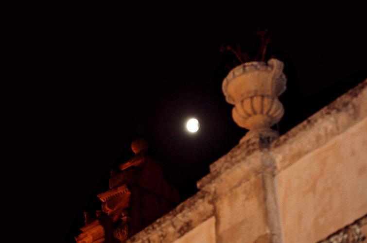 https://www.ragusanews.com//immagini_articoli/28-07-2018/1532765522-foto-notte-eclissi-5-500.jpg