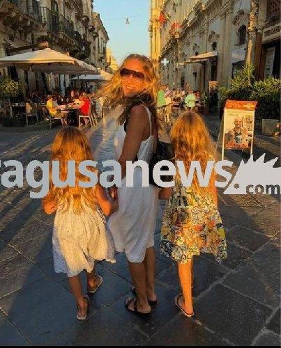 https://www.ragusanews.com//immagini_articoli/28-07-2018/sarah-jessica-parker-saluta-sicilia-noto-bimbe-500.jpg