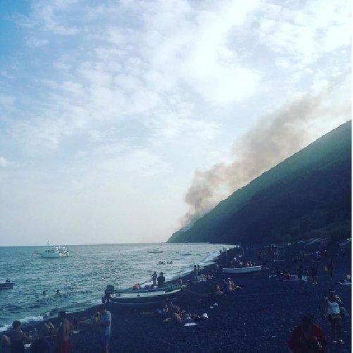 https://www.ragusanews.com//immagini_articoli/28-07-2019/i-lapilli-di-stromboli-scatenano-un-incendio-500.jpg