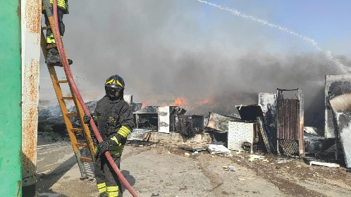 https://www.ragusanews.com//immagini_articoli/28-07-2021/incendio-al-centro-comunale-raccolta-rifiuti-di-comiso-280.jpg