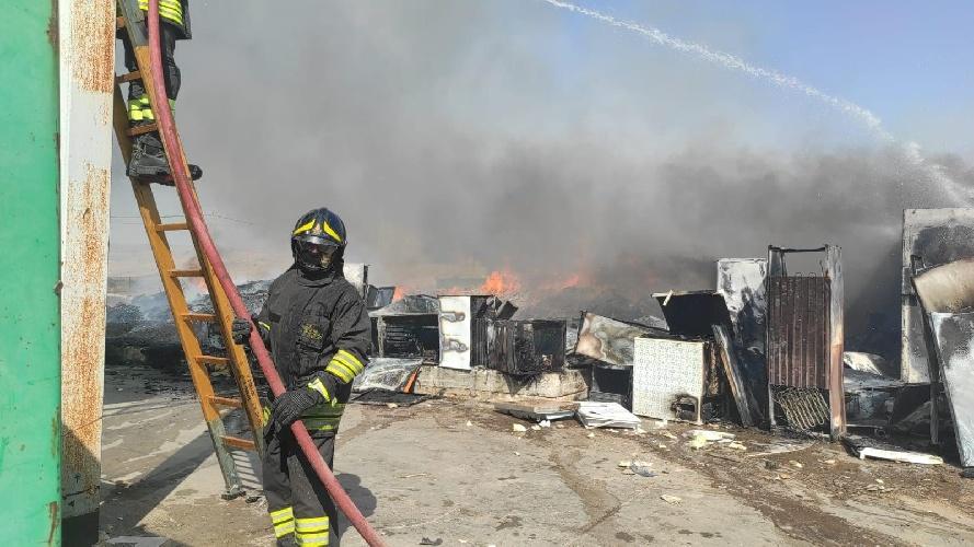 https://www.ragusanews.com//immagini_articoli/28-07-2021/incendio-al-centro-comunale-raccolta-rifiuti-di-comiso-500.jpg