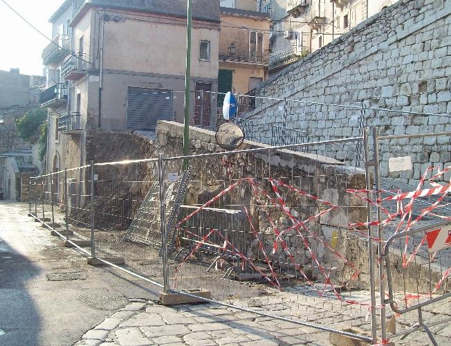 http://www.ragusanews.com//immagini_articoli/28-08-2015/il-crollo-del-muro-il-giorno-dopo-500.jpg