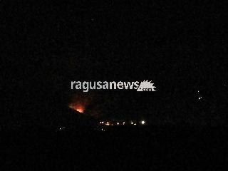 http://www.ragusanews.com//immagini_articoli/28-08-2017/comiso-vasto-incendio-contrada-canicarao-video-240.jpg