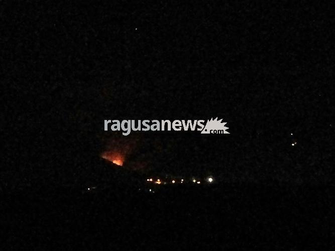 http://www.ragusanews.com//immagini_articoli/28-08-2017/comiso-vasto-incendio-contrada-canicarao-video-500.jpg