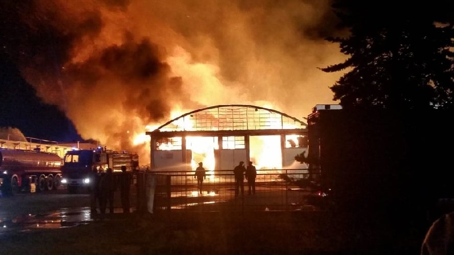 http://www.ragusanews.com//immagini_articoli/28-08-2017/incendio-splendort-ispica-500.jpg