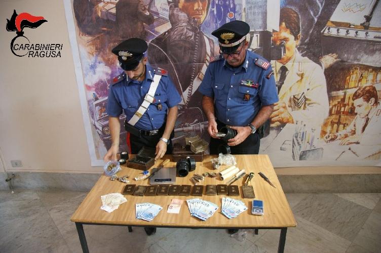 https://www.ragusanews.com//immagini_articoli/28-08-2017/ragusa-piazza-droga-arrestate-persone-500.jpg