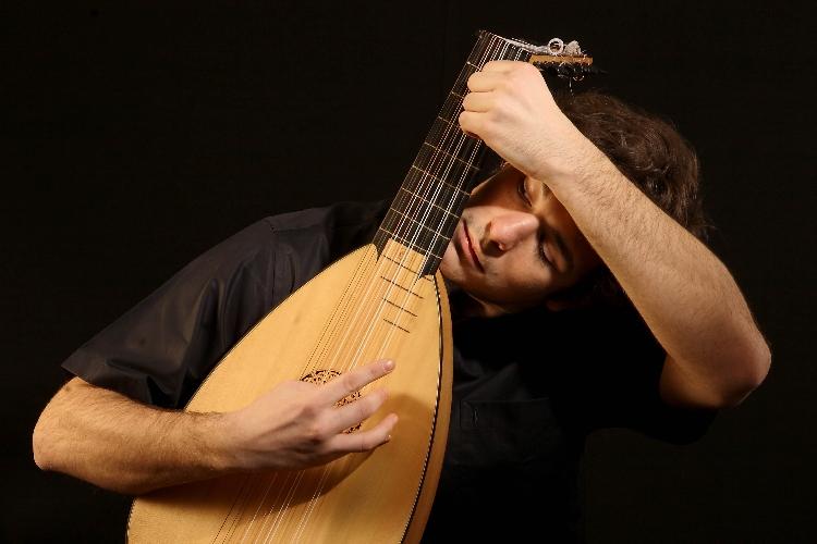 http://www.ragusanews.com//immagini_articoli/28-08-2017/scicli-concerto-liutista-diego-leveric-500.jpg