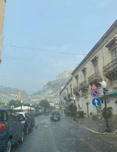 https://www.ragusanews.com//immagini_articoli/28-08-2019/piove-tra-poco-piove-e-la-chiamano-estate-500.jpg