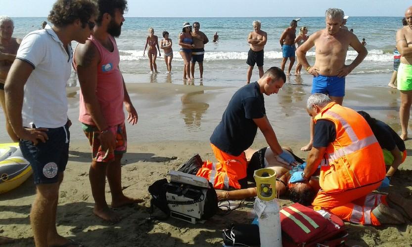 https://www.ragusanews.com//immagini_articoli/28-08-2020/colto-da-malore-muore-in-spiaggia-500.jpg