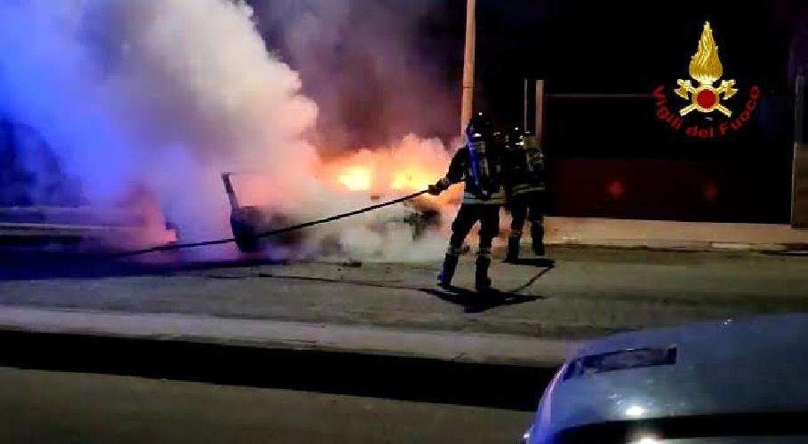 https://www.ragusanews.com//immagini_articoli/28-08-2021/a-fuoco-un-auto-a-santa-croce-500.jpg