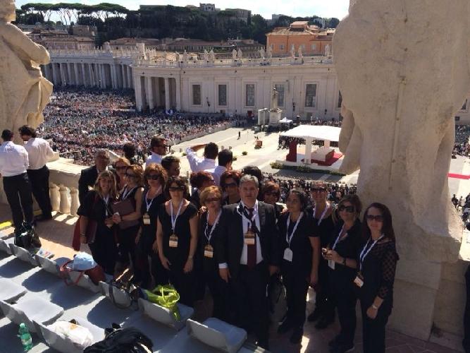 https://www.ragusanews.com//immagini_articoli/28-09-2014/coro-fiamma-viva-regala-leone-di-scicli-a-papa-francesco-500.jpg