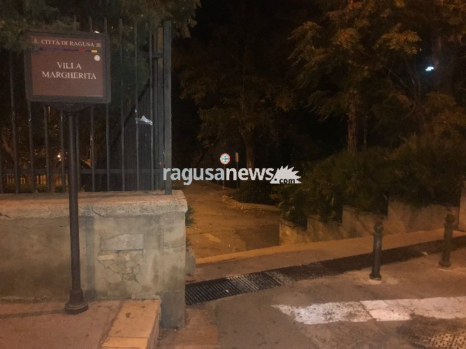 https://www.ragusanews.com//immagini_articoli/28-09-2018/auto-gradini-villa-margherita-ragusa-uccide-donna-500.jpg