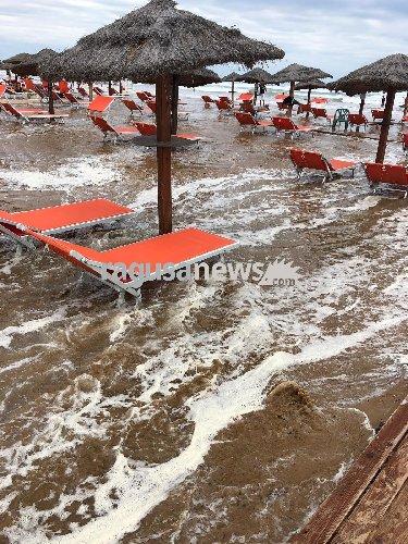 https://www.ragusanews.com//immagini_articoli/28-09-2018/ciclone-spazza-ombrelloni-sdraio-maganuco-500.jpg