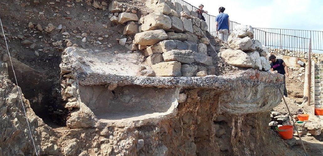 https://www.ragusanews.com//immagini_articoli/28-09-2019/archeologia-a-portopalo-si-cerca-l-antico-sito-lavorazione-pesce-500.jpg