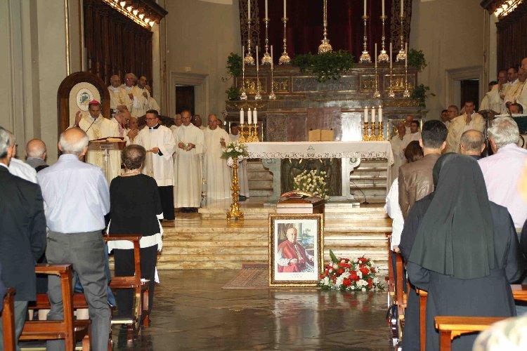 https://www.ragusanews.com//immagini_articoli/28-09-2019/le-spoglie-vescovo-iacono-lasciano-ragusa-500.jpg