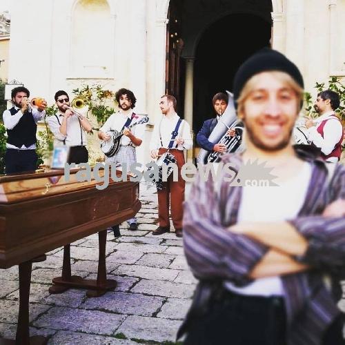 https://www.ragusanews.com//immagini_articoli/28-10-2017/cristiano-rolando-riprese-vito-tinto-brass-street-band-500.jpg