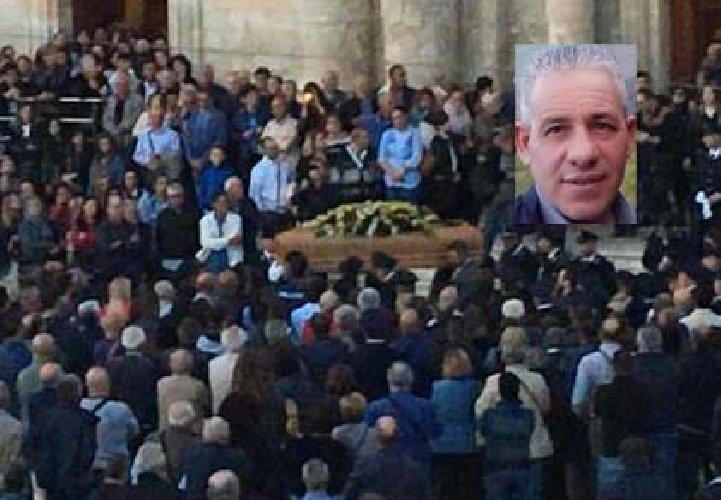 https://www.ragusanews.com//immagini_articoli/28-10-2019/celebrati-i-funerali-uomo-vittima-nubifragio-500.jpg