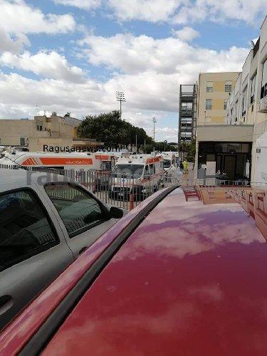 https://www.ragusanews.com//immagini_articoli/28-10-2020/1603890989-vittoria-come-bergamo-fila-di-ambulanze-davanti-all-ospedale-1-500.jpg