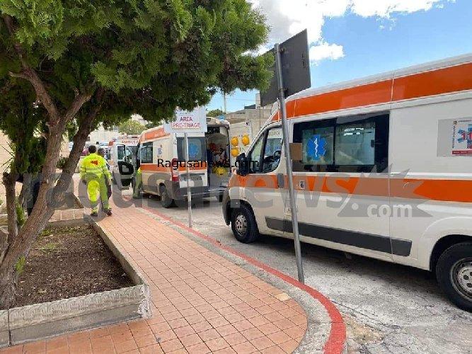 https://www.ragusanews.com//immagini_articoli/28-10-2020/1603891062-vittoria-come-bergamo-fila-di-ambulanze-davanti-all-ospedale-2-500.jpg