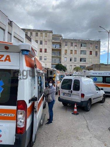 https://www.ragusanews.com//immagini_articoli/28-10-2020/vittoria-come-bergamo-fila-di-ambulanze-davanti-all-ospedale-500.jpg