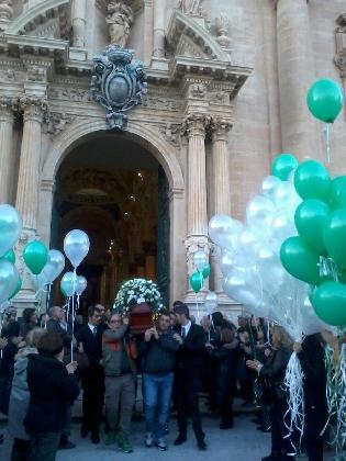 https://www.ragusanews.com//immagini_articoli/28-11-2016/palloncini-bianchi-e-verdi-per-i-funerali-di-pamela-420.jpg