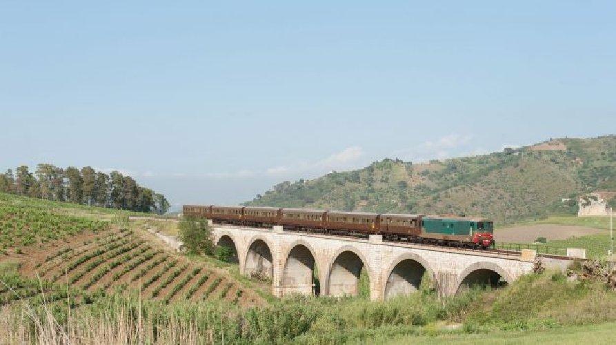 https://www.ragusanews.com//immagini_articoli/28-11-2018/palermo-caltanissetta-treno-dolci-formaggi-500.jpg
