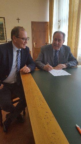 https://www.ragusanews.com//immagini_articoli/28-11-2018/provincia-convenzione-comune-ragusa-segretario-500.jpg
