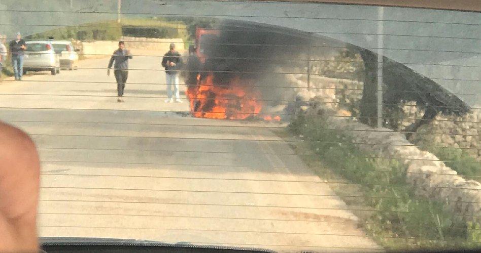 https://www.ragusanews.com//immagini_articoli/28-11-2019/va-a-fuoco-una-smart-mentre-e-in-marcia-500.jpg