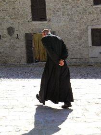 https://www.ragusanews.com//immagini_articoli/28-11-2020/sicilia-ex-sacerdote-indossa-abito-talare-multato-280.jpg