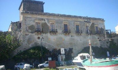 http://www.ragusanews.com//immagini_articoli/28-12-2017/giardini-naxos-castello-schiso-gruppo-alberghi-chincherini-240.jpg
