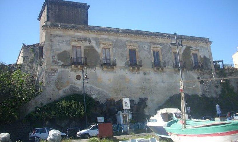 https://www.ragusanews.com//immagini_articoli/28-12-2017/giardini-naxos-castello-schiso-gruppo-alberghi-chincherini-500.jpg
