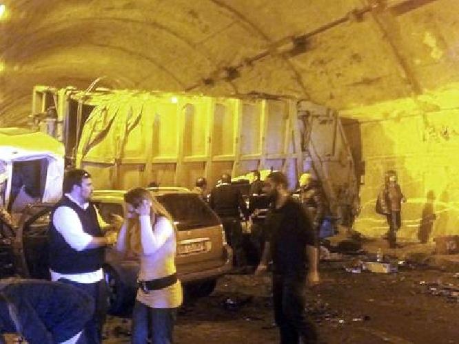 http://www.ragusanews.com//immagini_articoli/29-03-2014/quattro-morti-in-galleria-sulla-palermo-messina-fra-cui-una-bambina-500.jpg