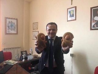 https://www.ragusanews.com//immagini_articoli/29-03-2019/1553866942-il-post-imbarazzante-e-sessista-sindaco-di-messina-de-luca-1-240.jpg