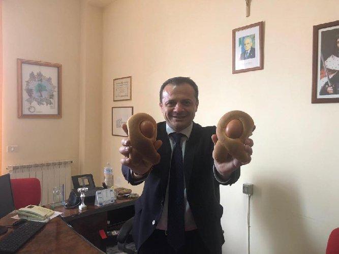 https://www.ragusanews.com//immagini_articoli/29-03-2019/1553866942-il-post-imbarazzante-e-sessista-sindaco-di-messina-de-luca-1-500.jpg