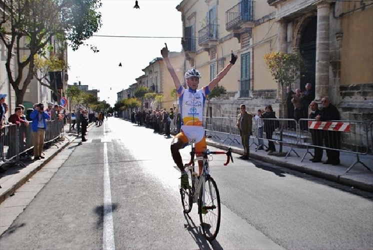 https://www.ragusanews.com//immagini_articoli/29-04-2012/ciclismo-salvatore-di-pietro-vince-a-chiaramonte-gulfi-500.jpg