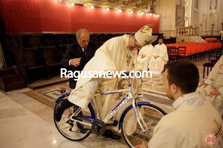http://www.ragusanews.com//immagini_articoli/29-04-2016/anno-santo-degli-sportivi-don-corrado-monta-in-bici-in-chiesa-500.jpg