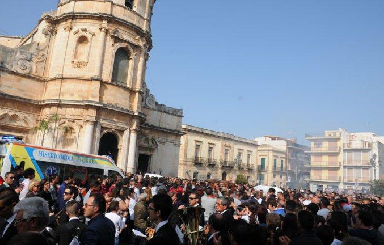https://www.ragusanews.com//immagini_articoli/29-04-2018/celebrati-funerali-giovani-floridia-morti-incidente-500.jpg