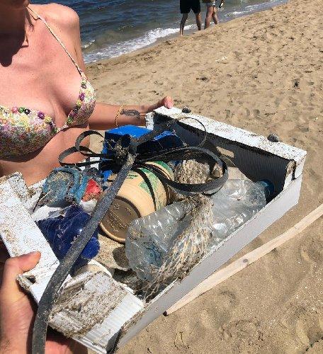 https://www.ragusanews.com//immagini_articoli/29-04-2019/1556525631-ecco-cosa-raccogliamo-spiaggia-di-san-lorenzo-1-500.jpg