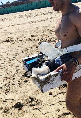https://www.ragusanews.com//immagini_articoli/29-04-2019/ecco-cosa-raccogliamo-spiaggia-di-san-lorenzo-500.jpg