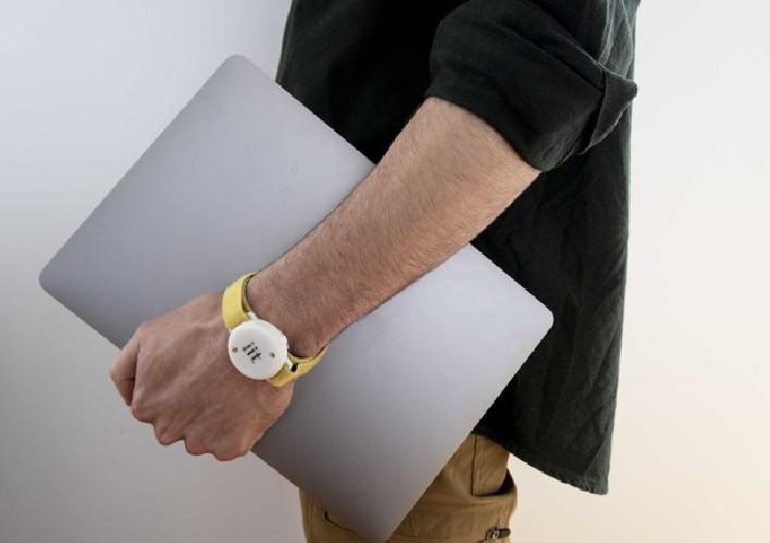 https://www.ragusanews.com//immagini_articoli/29-04-2020/fase-due-ecco-il-braccialetto-che-misura-febbre-e-distanza-500.jpg