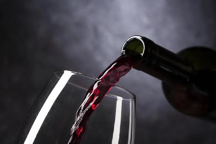 https://www.ragusanews.com//immagini_articoli/29-04-2020/vino-durante-la-dieta-si-puo-bere-500.jpg