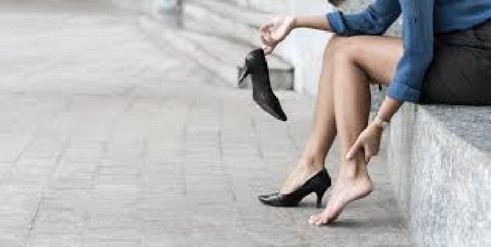 https://www.ragusanews.com//immagini_articoli/29-04-2021/gambe-gonfie-a-causa-del-caldo-prevenzione-e-rimedi-500.jpg