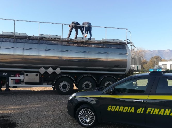 https://www.ragusanews.com//immagini_articoli/29-04-2021/ndranghjeta-e-frodi-su-prodotti-petroliferi-49-arresti-indagini-a-ragusa-500.jpg