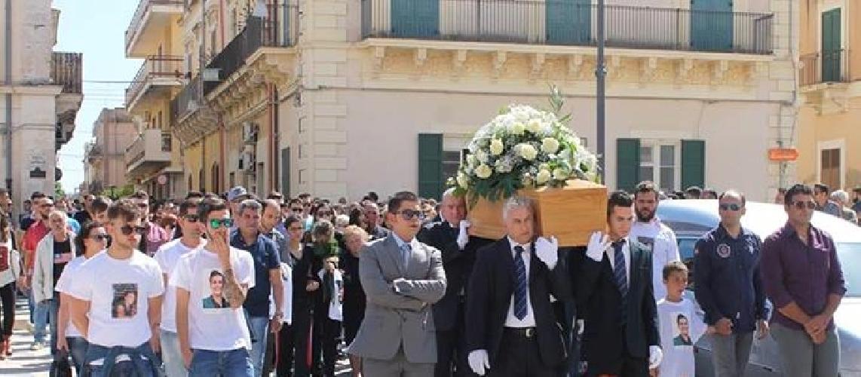 https://www.ragusanews.com//immagini_articoli/29-05-2014/celebrati-i-funerali-di-angelo-modica-500.jpg