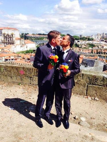 http://www.ragusanews.com//immagini_articoli/29-05-2014/matrimonio-gay-modicano-convola-a-nozze-in-portogallo-500.jpg