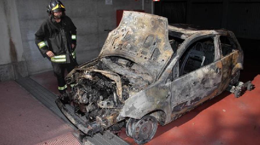 http://www.ragusanews.com//immagini_articoli/29-05-2015/auto-incendiata-in-un-garage-sotterraneo-a-modica-500.jpg
